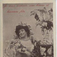 Postales: POSTAL ANTIGUA ROMANTICA . DAMA RODEADA DE FLORES. Lote 194995765