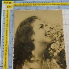 Postales: POSTAL DE MUJERES Y GALANTES. AÑO 1961. MUJER CON FLORES . 147. Lote 195481848
