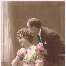 Postales: PAREJA DE ENAMORADOS, POSTAL COLOREADA A MANO, POSTAL ESCRITA EN 1919. Lote 195762095
