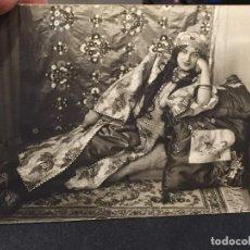 Postales: POSTAL ODALISCA MUJER SOBRE DIVAN SEDAS ALFOMBRA 1915 INSCRITA. Lote 196490313