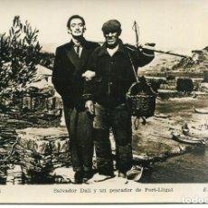 Postales: SALVADOR DALI Y UN PESCADOR DE PORT-LLIGAT- CADAQUÉS-ORIGINAL FOTOGRÁFICA-J.COSTA. Lote 203820968