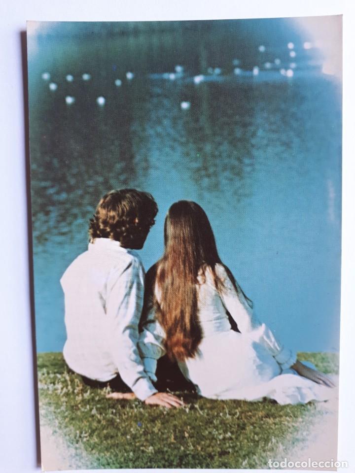 POSTAL PAREJA ROMÁNTICA EN UN LAGO. AÑOS 70 (Postales - Postales Temáticas - Galantes y Mujeres)