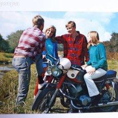 Postales: POSTAL PAREJAS ROMÁNTICAS CON UNA MOTO. AÑOS 70. Lote 206520046