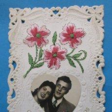 Postales: POSTAL BORDADA CON FOTOGRAFIA DE PAREJA. CARIÑOSOS RECUERDOS 1952.. Lote 206896810