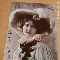 Postales: POSTAL NAVIDAD CON BRILLANTINA MUJER GALANTE AÑO 1910 14X9 CM. ESCRITA. Lote 213858905