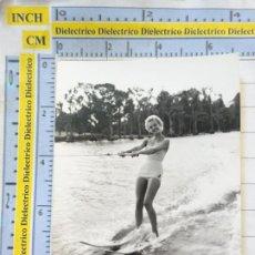 Postales: FOTO FOTOGRAFÍA TARJETA. AÑOS 50. MUJER JOVEN MODELO. CASA NEGTOR 112 SKATE SURF BAÑADOR. Lote 217649455