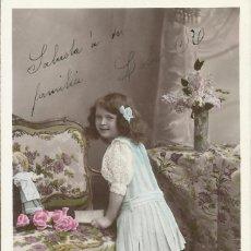 Postales: POSTAL COLOREADA NIÑA CON SOFÁ. MARQUE ETOILE. PARÍS. 1908. EMAILLOGRAPHIE. 14X9 CM. MODERNISTA.. Lote 217893891