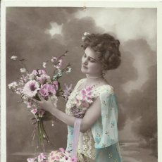 Postales: POSTAL COLOREADA. MUJER CON FLORES. ORICELLY PHOT. 366. 1909. 14X9 CM. MODERNISTA. ART NOUVEAU.. Lote 217919631
