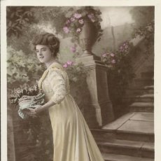 Postales: POSTAL COLOREADA. MUJER CESTO FLORES. UNIC. 1009. PARIS. 1909. 14X9 CM. MODERNISTA. ART NOUVEAU.. Lote 217920070