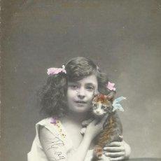 Postales: POSTAL COLOREADA. NIÑA Y GATO. BONS AMICHS. AUDOUARD. PARÍS. 1917. 14X9 CM. MODERNISTA. ART NOUVEAU.. Lote 217920705