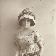 Postales: POSTAL MUJER VESTIDO TÚNICA, CON SOMBRERO. 1913. 6026/2. 14X9 CM.. Lote 218024298
