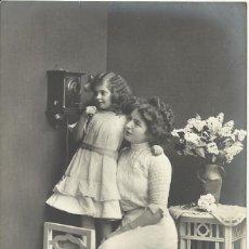 Postales: POSTAL NIÑA Y MUJER ESCUCHANDO TELÉFONO. RPH 3229/5. 14X9 CM. 1912. MARÍA ESPERANZA SERRA HORTA.. Lote 218088220