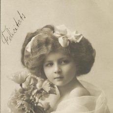 Postales: POSTAL MUJER CABELLO ELABORADO VESTIDO Y FLORES. BKN 33544/3. 14X9 CM. 1910. MODERNISTA.. Lote 218132995