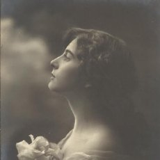 Postales: POSTAL MUJER LARGA MELENA Y FLORES. GG CO 1394/2. 14X9 CM. 1911. MODERNISTA.. Lote 218135146