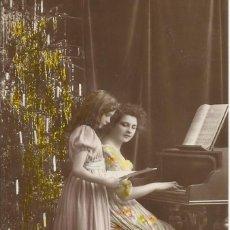 Postales: POSTAL COLOREADA MUJER Y NIÑA TOCANDO EL PIANO. EAS. 710. 14X9 CM. 1909. MODERNISTA.. Lote 218145638