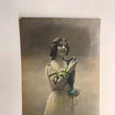 Postales: GALANTES Y MUJERES. POSTAL ANIMADA, LA JOVEN DEL JARRÓN AZUL (A.1915) DEDICADA.... Lote 218553073
