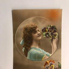 Postales: GALANTES Y MUJERES. POSTAL ANIMADA, LA JOVEN DE LAS FLORES DE COLORES (A.1919). Lote 218553177