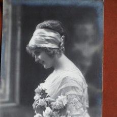 Postales: POSTAL JOVEN JOVEN CON RAMO DE FLORES IRISA 2742. 1911. CIRCULADA.. Lote 238181345