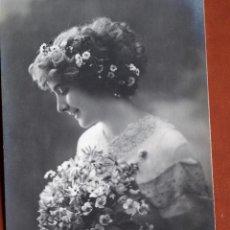 Postales: POSTAL JOVEN CON FLORES. IRISA 2598. 1911. ESCRITA Y FRANQUEADA. Lote 238810160