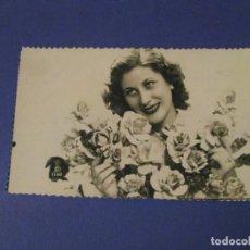 Postales: POSTAL FOTOGRÁFICA ROMÁNTICA. MUJER, FLORES. ESCRITA 1955.. Lote 243899260