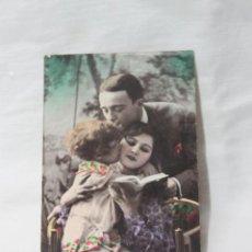 Postales: ANTIGUA POSTAL COLOREADA FAMILIA BESANDOSE CON UN LIBRO- AÑOS 20. Lote 254085330
