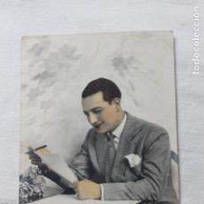 Postales: ANTIGUA POSTAL COLOREADA HOMBRE ESCRIBIENDO UNA CARTA - AÑOS 30. Lote 254086190