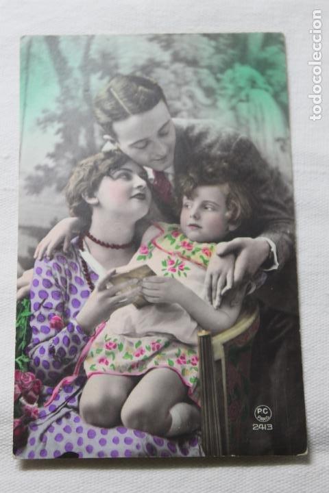 ANTIGUA POSTAL COLOREADA FAMILIA LEYENDO UN LIBRO - AÑOS 30 -P.C. PARIS 2413 (Postales - Postales Temáticas - Galantes y Mujeres)