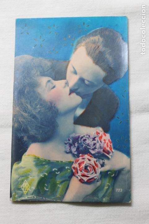 ANTIGUA POSTAL COLOREADA PAREJA BESANDOSE CON ROSAS ROJAS Y MORADAS-- AÑOS 20/30 -PR 733 (Postales - Postales Temáticas - Galantes y Mujeres)