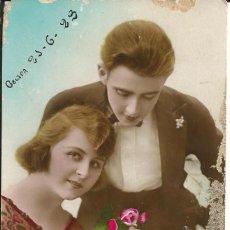 Postales: POSTAL ROMANTICA, PAREJA CON FLORES - ESCRITA 1923. Lote 293923663