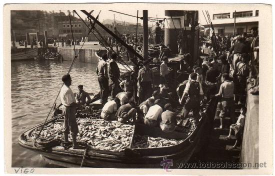 BONITA POSTAL - VIGO (PONTEVEDRA) - DESEMBARCANDO PESCADO - MUY AMBIENTADA (Postales - España - Galicia Moderna (desde 1940))