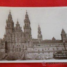 Postales: FOTO-POSTAL, SANTIAGO DE COMPOSTELA, CATEDRAL, FACHADA DEL OBRADOIRO Y GALERIA DEL CLAUSTRO. Lote 35183020