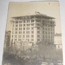 Postales: ANTIGUA FOTO POSTAL DE LA CORUÑA - CONSTRUCCION DEL EDIFICIO DEL BANCO PASTOR, TOMADA EN 1922 - FOTO. Lote 39545902