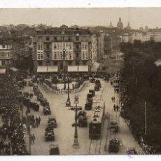 Postales: FOTOGRAFIA. LA CORUÑA. TRANVIAS Y COCHES EN EL OBELISCO. FRANQUEADA EN MAYO DE 1925.. Lote 40961735