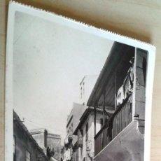 Postales: POSTAL ANTIGUA GALICIA PONTEVEDRA VIGO. CALLE TÍPICA DE PESCADORES. CIRCULADA. . Lote 43027729