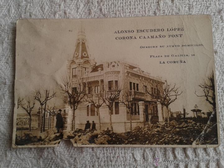 POSTAL OFRECIENDO NUEVO DOMICILIO. ALONSO ESCUDERO LOPEZ - CORONA CAAMAÑO FONT. LA CORUÑA. AÑOS 40 (Postales - España - Galicia Moderna (desde 1940))