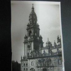 Postales: POSTAL 22 - SANTIAGO DE COMPOSTELA. CATEDRAL. TORRE DEL RELOJ Y PUERTA SANTA.. Lote 77888701