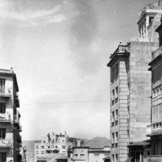 Postales: VIGO (PONTEVEDRA). CALLE ALFONSO XIII Y HOTEL ESTACIÓN. EDICIONES SICILIA Nº 42. FOTOGRÁFICA.. Lote 117103907