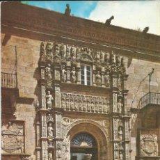 Postales: [POSTAL] PUERTA PRAL. HOTEL REYES CATÓLICOS. SANTIAGO DE COMP. (LA CORUÑA) AÑO 1965 (CIRCULADA). Lote 130952748