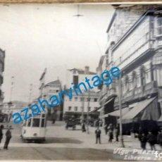 Postales: POSTAL FOTOGRAFICA DE VIGO- PUERTA DEL SOL, LIBRERIA TETILLA. Lote 135312930