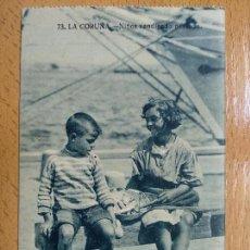 Postales: LA CORUÑA. NIÑOS VENDIENDO PESCADO. Lote 152459342