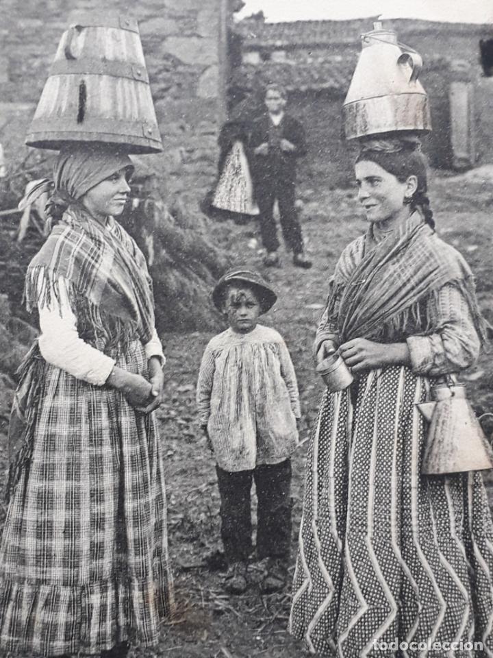 TIPOS GALLEGOS. VINDO D´A FONTE ATOPEI C´O Á LEITEIRA. (Postales - España - Galicia Antigua (hasta 1939))