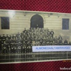 Postales: POSTAL FOTOGRAFICA VIGO ' BOMBEROS POSANDO EDIFICIO JUZGADOS, SELLO SECO PACHECO S/C RARA + INFO 1S. Lote 173821092