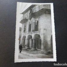 Postales: PONTEVEDRA CASA NOBLE CON ESCUDO FOTOGRAFIA ANTIGUA AÑOS 30 TAMAÑO POSTAL. Lote 175359397