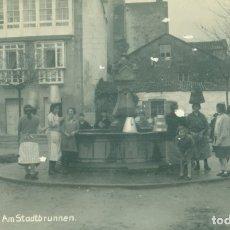 Postales: PONTEVEDRA VILLAGARCÍA DE AROSA. EN LA FUENTE. ALDEANAS.HACIA 1920. POSTAL ALEMANA. MUY RARA.. Lote 180406720