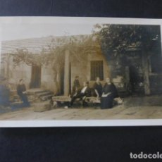 Postales: PONTEVEDRA POSTAL FOTOGRAFICA1924 FAMILIA EN CASA DE CAMPO. Lote 183483966