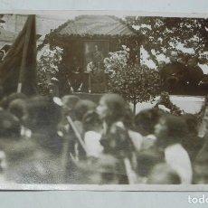 Postales: FOTO POSTAL DE ACTO O FIESTA MILITAR EN SAN SEBSTIAN, FOTO MARIN, AL FONDO CUADRO DE ALFONSO XIII, N. Lote 194287496