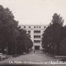 Postales: PONTEVEDRA LA TOJA AVENIDA DEL PARQUE GRAN HOTEL. ED. POLIGRAFICA Nº 5. CIRCULADA. Lote 206571332