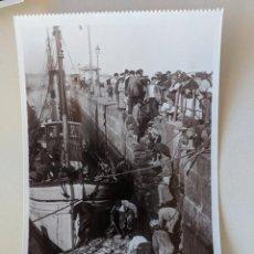 Postales: VIGO FAENAS DE PESCA - GALICIA - POSTAL FOTOGRAFICA 1525 EDICIONES UNIQUE - MADRID - SIN CIRCULAR. Lote 211897357