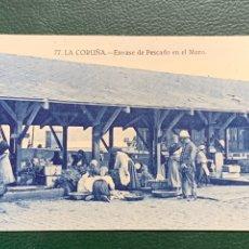 Postales: LA CORUÑA .-ENVASE DE PESCADO EN EL MURO. Lote 225720390