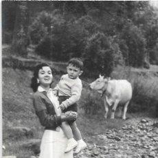 Postales: == HH682 - FOTOGRAFIA - JOVEN CON UN NIÑO EN BRAZOS,AL FONDO UNA VACA - ORDESA 1956. Lote 245509425